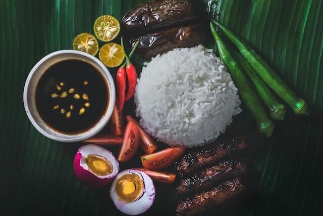 ブードルファイト【フィリピン伝統の軍隊式料理は手づかみで食べる】