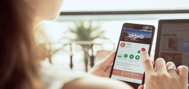 mujer celular airbnb
