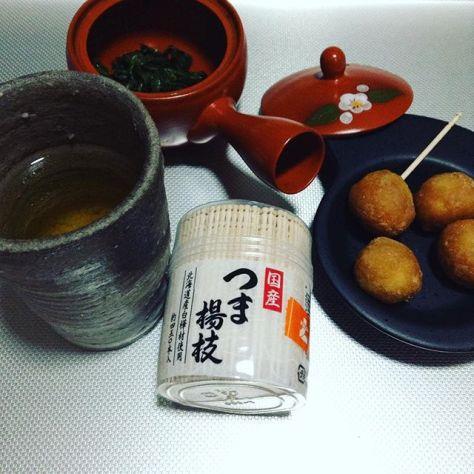 プチキャラメルドーナツを熊本産の香駿烏龍茶で頂く。香りが楽しい。つま楊枝の製造元は以外にも大阪府河内長野市だった。 #花香 #告釜炒り茶 (Instagram)