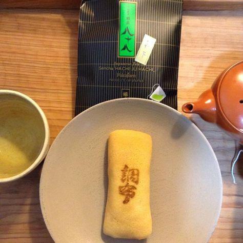 今年は茶摘みにはまだ行けていないけれど、お茶を楽しむ気持ちは忘れてたくないな…京都のお茶と京都のお菓子。八十八、宇治煎茶、福寿園、ティーバッグ。調布、俵屋吉富。やわらかな人との関係がゆっくり作られる御縁に感謝です!なんだかんだと、皆さんありがとうございます️ (Instagram)