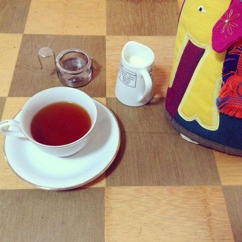 実家で眠っていた折り畳み足のついたテーブル。たぶんちゃぶ台という人が多いだろうけれど、ウチの家族と話すときに、その単語で話してなかった。 #おちつく #teatime #ムジカティー #プライドオブスリランカ (Instagram)