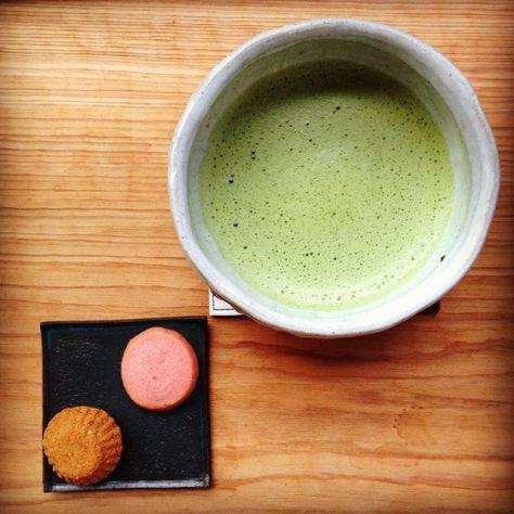 涼しくなりましたね、秋です。 #お薄 を点てて #洋菓子 をいただく。 丸と四角の世界。 #お茶の時間 (Instagram)