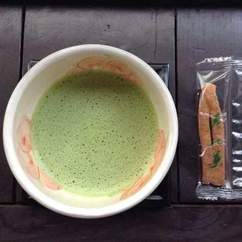 伊丹に行ったら酒蔵なのでしょうか?酒粕が入った松葉。酒粕老松葉だって。二軒茶屋ならぬ二つ茶屋さんのお菓子。 #お茶の時間 #老松酒造 #酒粕 #二つ茶屋 (Instagram)