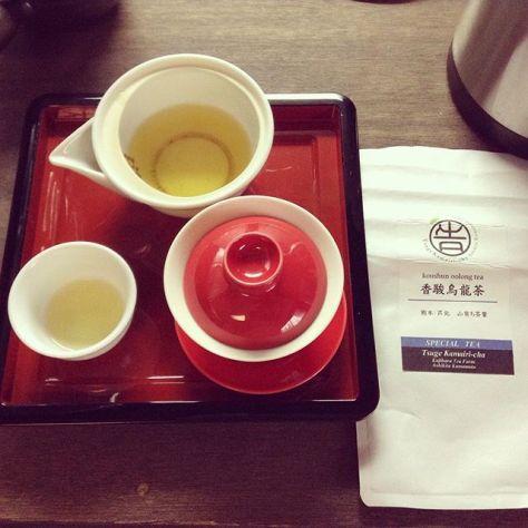 全部使い切っちゃった。その分、葉っぱ少し多めだし、チョコにも負けなさそう。今日のお茶にしよう。 #お茶の時間 #種ノ箱 #香駿 #烏龍茶 #熊本 #芦北 #告 #つげ #お茶のカジワラ (Instagram)