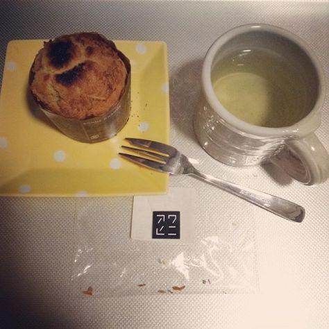 夜と朝の合間に。あっためた方が美味しいに違いない!とオーブントースターで温めたら…焦げちゃった(^_^;) でも見た目ほど悪くない♪ #米粉 #ココナッツマフィン #アワヒニ  お茶は #和束茶 (Instagram)