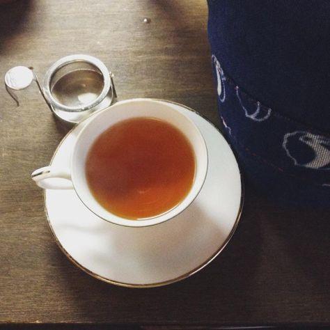 普通にポットだと弱かったので手鍋で軽く煮出してやった紅茶。おいしさを追求(*^^*) #teatime #種ノ箱 #ティーコージー は #河内木綿 (Instagram)
