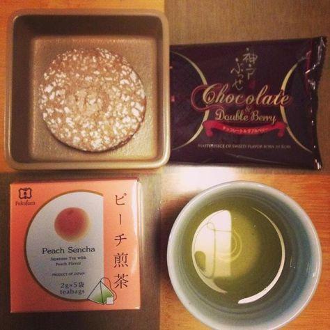 ダブルベリーにピーチで甘いあまい取合せ。水面に映る輪っかが不思議。お茶の花言葉は「あなたに夢中」。あなたは誰? #お茶の時間 (Instagram)
