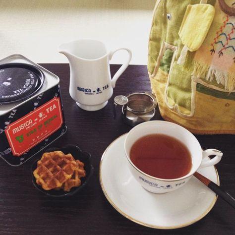 大衆紅茶屋とティーハウスムジカ堂島店は謳っていました。日常的に紅茶を飲んでほしいという想いが込められていたように思います。 スターオブベンガル、アッサムCTCと同じく日常使いにできるリーズナブルなミルクティー向きの紅茶。ティーコージーは、堂島店で使い込まれたお下がり。最初はたぶん綿がしっかりして少し固かったろうに、今じゃめちゃふにゃふにゃです。 あなたのティーハウスムジカ堂島店との思い出は、何ですか?よかったら聞かせてください。 大阪の伝説の老舗紅茶屋さん「ティーハウスムジカ堂島店」について、おしゃべりする茶話会を開きます!ムジカの紅茶飲んだことあるけれど、どういうとこだったの?とか一回しか行ったことないけれど、何があったの?とかを話すゆる~いお茶会です。4/30(日)午前午後の2部制、どちらも同じ内容です。2013年まで大阪堂島にあったティーハウスムジカ。今は、芦屋に移転されて茶葉販売を中心にムジカティーとして営業を続けておられます。ムジカの紅茶を飲みながら、元店員(アルバイト)と元常連を中心に参加者の皆さんでティーハウスムジカのことを語りたいと思います。場所: 大阪市天王寺区空堀町11-8、露地再生複合施設 宰(つかさ)、2F 「種ノ箱」日時: 4/30(日) 10:00-12:00(午前の部)、 14:30-16:30(午後の部)。参加費:2000円。※ムジカのティーコージー(ポットカバー、保温帽)を持ってきていただいた方は、100円割引。募集人数:8名限定(主催者のぞく)お申込みはメールで、takiho@chaai.info までお送り下さい。#ティーハウスムジカ #堂島 #紅茶 #ティーコージー #大衆紅茶屋 (Instagram)