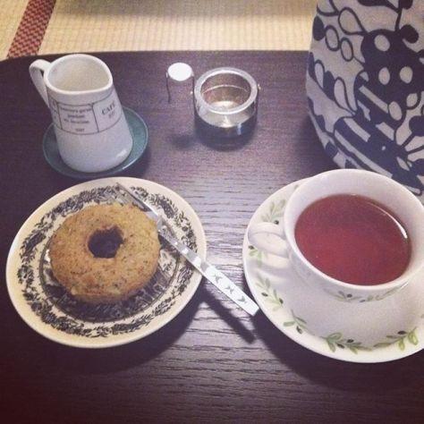 ちょっとした発見♪。。紅茶のドーナツは粒々のアールグレイのお茶っ葉が入ってて。アッサムティーでミルクのないときの方が香りがして、ミルクを入れると香りがやさしくなった。 #紅茶 の #ドーナツ #ミルク の #うむ #お茶の楽しみ方 (Instagram)