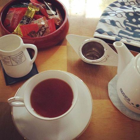 朝だから堂島ブレックファースト。野外でお茶いれるより、ウチの中は快適だけど、気持ち良さが違いそう。 (Instagram)