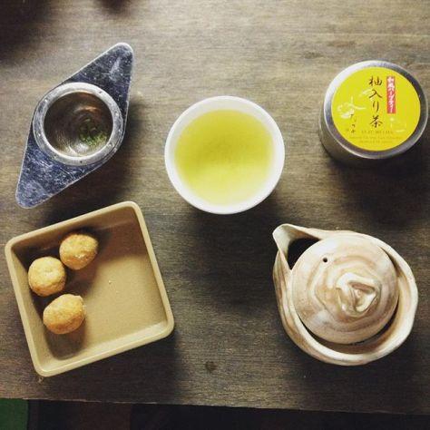 一人の為のの狙い澄ましたお茶と、集まった人みんなのお茶、遊びの幅にドキドキ(*^^*) #雨の日コーデ #お茶の時間 #柚入り茶 (Instagram)