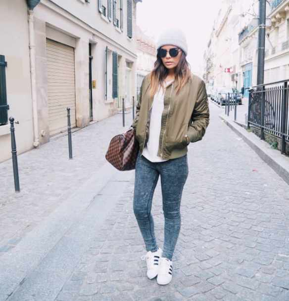 Bombers et baskets blanches