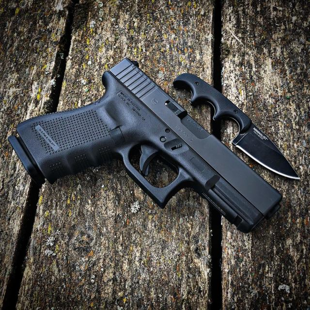 GLOCK 19 with Knife