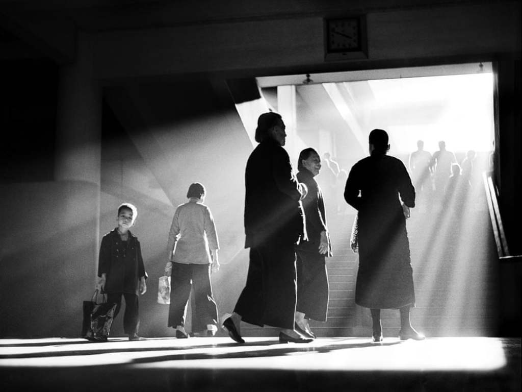 Fan Ho - Afternoon Chat - Street Photography Lessons - Cherrydeck
