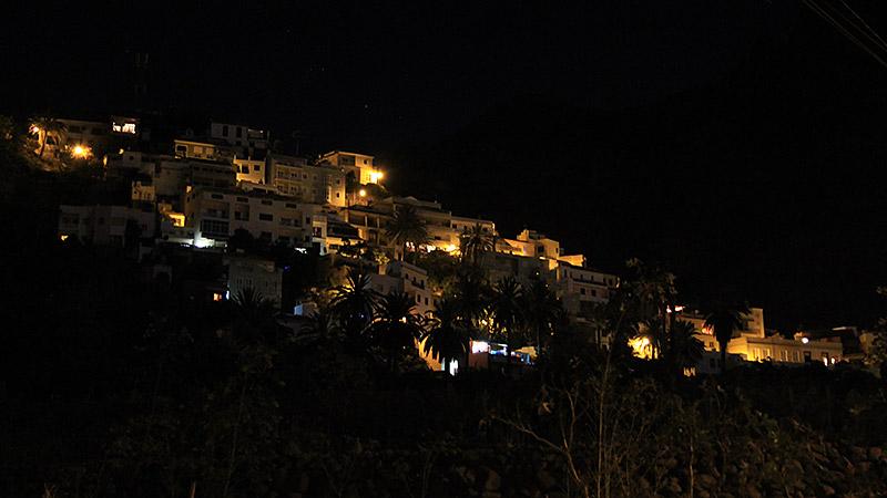 Die Häuser von La Calera bei Nacht
