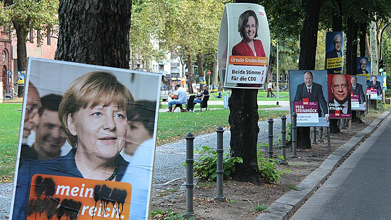 An der Kaiserstraße in Mainz stehen am Freitag, 6. September 2013, Plakate der Kandidaten zur Bundestagswahl 2013