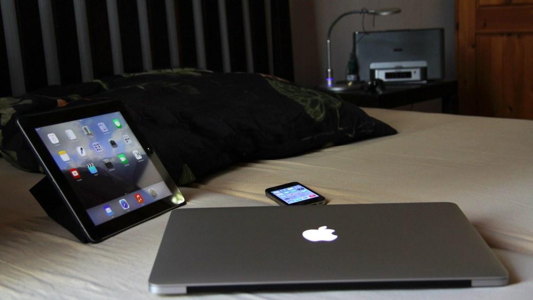 Tablet, Smartphone und MacBook immer in Reichweite, auch im Bett