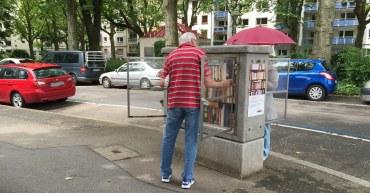 An einem Bücherschrank in Mainz
