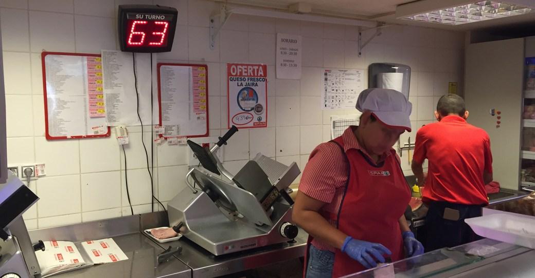 An der Fleischtheke im SPAR-Supermarkt in Vueltas