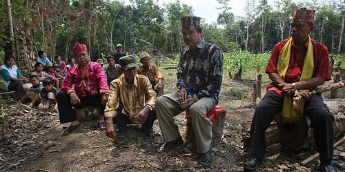 Tetua adat masyarakat Dayak di provinsi Kalimantan Tengah membuat upacara adat penggunaan lahan mereka. Achmad Ibrahim (CIFOR)