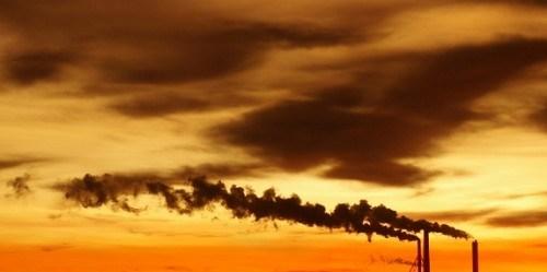 Sebuah pabrik melepaskan karbon dioksida ke atmosfir. Foto oleh Pasi Haapakorva.