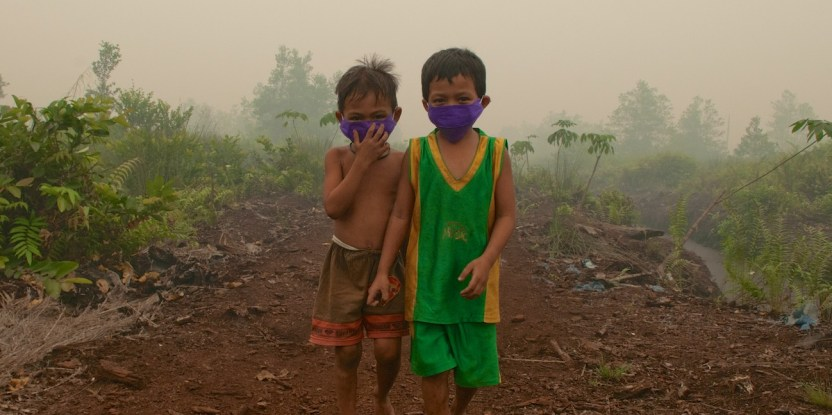 Children in Palangka Raya, Central Kalimantan wear masks when playing outside. Photo by Aulia Erlangga/ CIFOR
