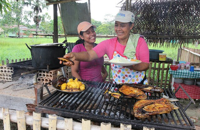 Amazonian women selling bushmeat procured from local hunters including deer, peccary and boruga (Agouti paca). Credit: CIFOR