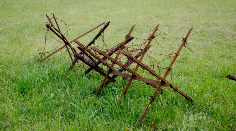 Hackenberg Fort, barbed wire barricade