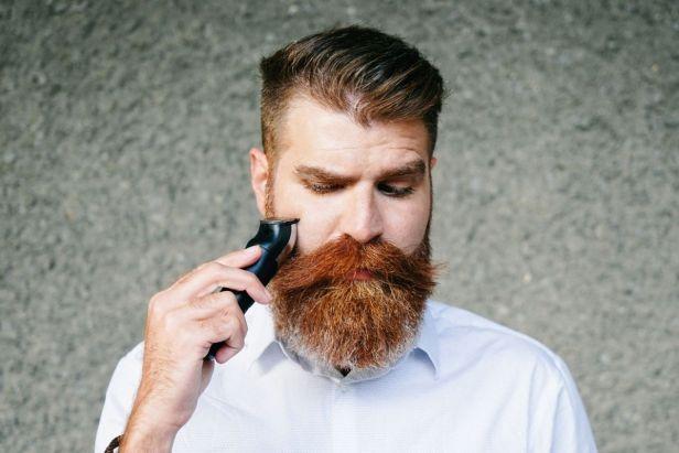 Hombre afeitando su barba