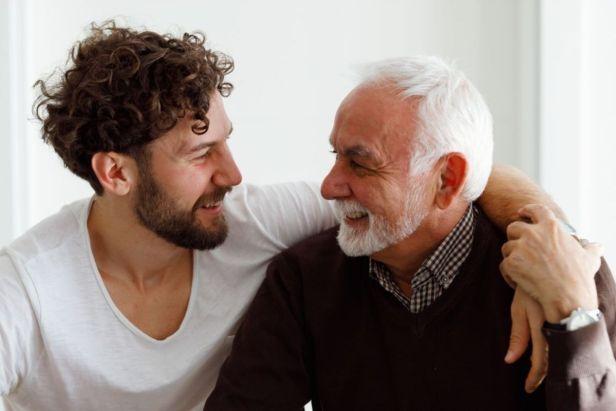 Padre e hijo abrazados sonriendo