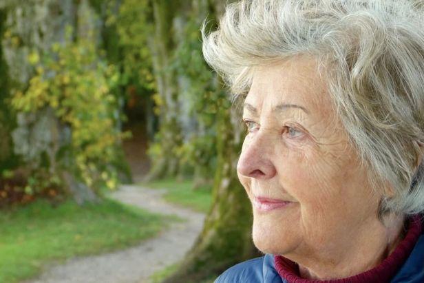 mujer anciana viendo el horizonte - Claro Shop