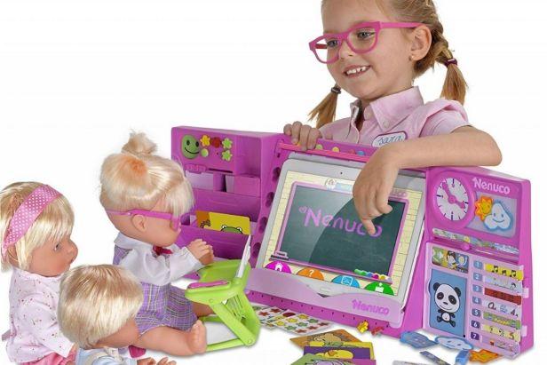 Niña juega con Nenuco a la escuela - Claro Shop