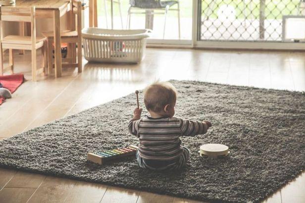 bebé jugando con instrumentos musicales - claro shop