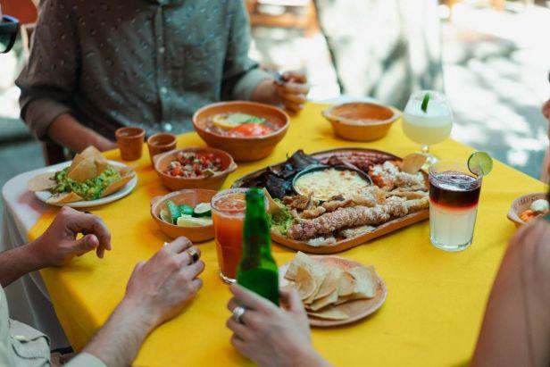 comiendo comida mexicana - claro shop