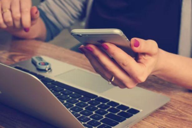 mujer joven comprando en línea - Claro Shop