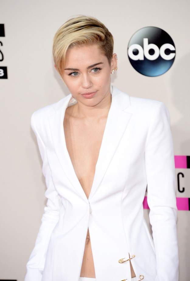 Miley-Cyrus-IN-Versus-Versace-2013-American-Music-Awards-AMAs-White-Jacket