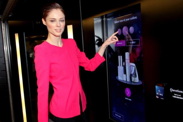 La top model Coco Rocha ha inaugurato la macchinetta di L'Oreal ed è stata la prima cliente a testarla