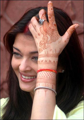 Qui la bellissima AIshwarya Ray e le mani decorate con l'hennè