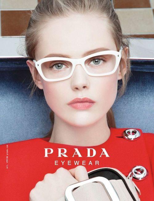 Anche nella pubblicità di Prada Eyewear hanno usato una matita chiara nella rima interna dell'occhio!