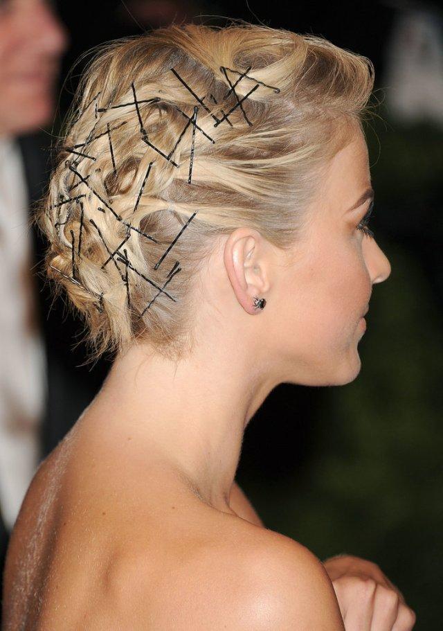 Bobby-pins-were-focus-Julianne-Hough-Met-Gala-hairstyle