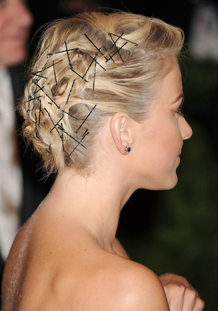 Bobby-pins-were-focus-Julianne-Hough-Met-Gala-hairstyle
