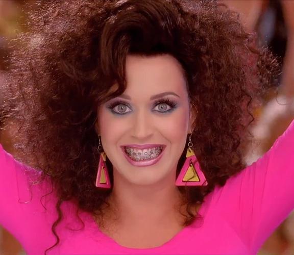 Grandissima Katy Perry, nel video di Last Friday Night a tema anni '80 ha rispolverato un rossetto rosa perlato!