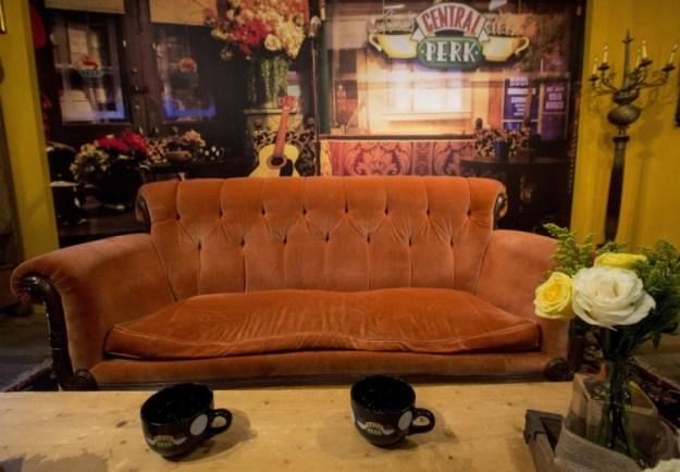 """sapevate che a New York è ora possibile sedersi sul loro mitico divano?  Nel quartiere Soho, al  """"Central Perk"""", proprio lì! :D"""
