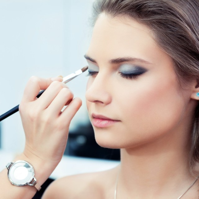 applying-eyeshadow