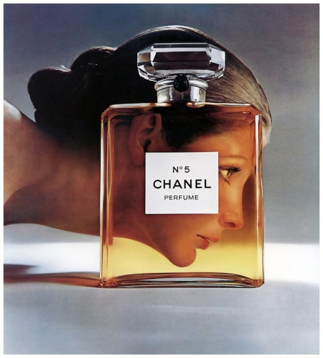 model-vicki-hilbert-for-chanel-no-5-perfume-ad-photographed-by-richard-avedon