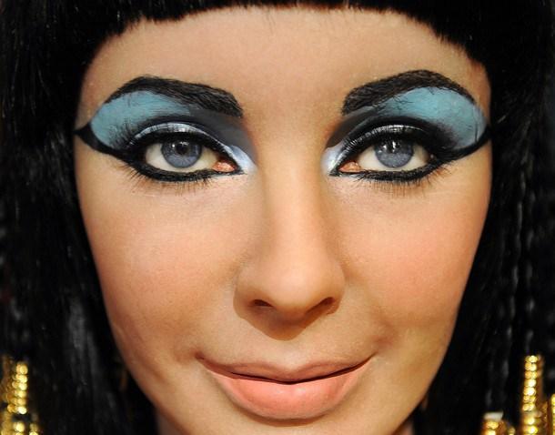 o a quelli appositamente caricati e definiti per i personaggi cinematografici! Qui Liz Taylor in Cleopatra!