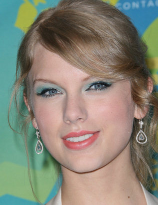 eye-makeup-for-blue-eyes-taylor-swift-2