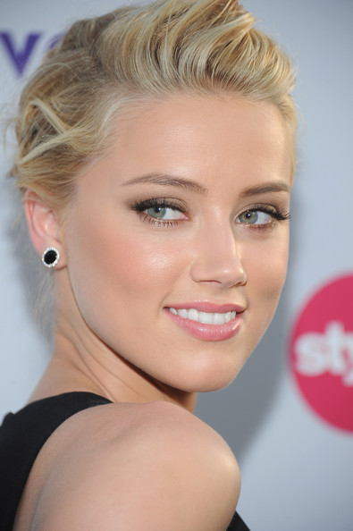 Amber-Heard-in-Elegant-Lipstick-Makeup-01
