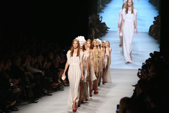 LBD+White+Runway+Mercedes+Benz+Fashion+Days+Ym29f3SgBwrl
