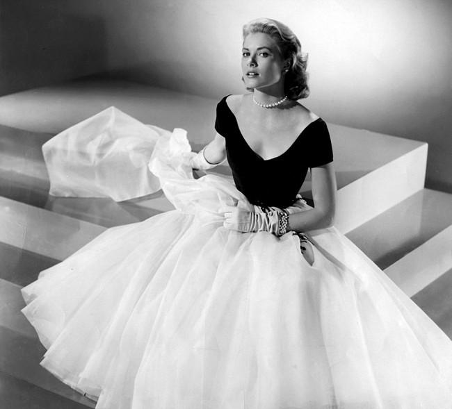 """Potevamo citare Dior e non mostrarvi nemmeno un abito? Ecco l'iconico """"Paris dress"""" su Grace Kelly, indossato nel film La finestra sul cortile di Alfred Hitchcock"""